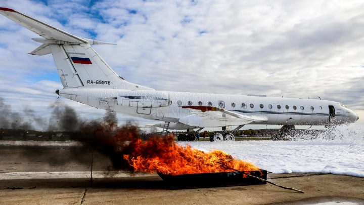 Аварийная посадка, удар о землю, возгорание: смотрим, как в Стригино понарошку спасали пассажиров