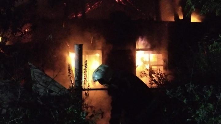 «Бомжи и наркоманы постоянно угрожают нас сжечь»: за ТРЦ «Глобус» сгорел частный дом