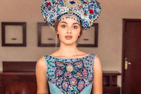 Кристина рассказала, что этот наряд представлен на выставке Вячеслава Зайцева