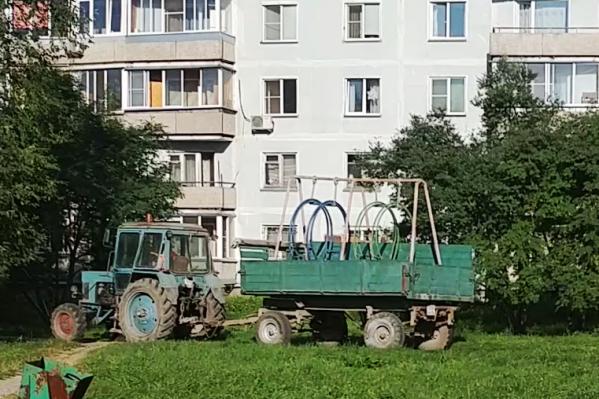 За судьбой детских качелей, которые спилил депутат из Новосибирской области, следят теперь миллионы жителей России