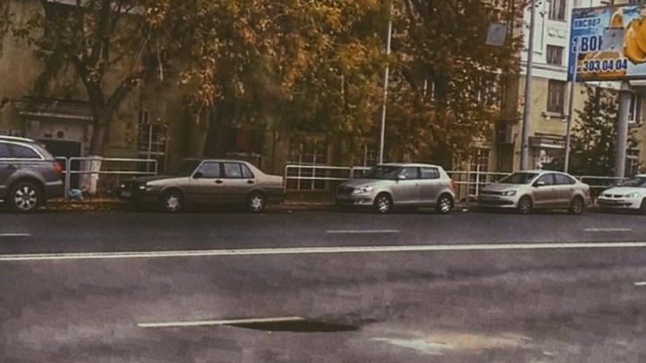 Под дорогой метро: появилось фото провала асфальта на улице Ново-Садовой