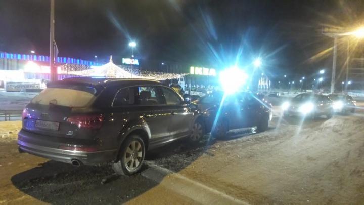 У «Меги» лоб в лоб столкнулись Audi Q7 и Lada: 3-летнего пассажира легковушки увезли в больницу