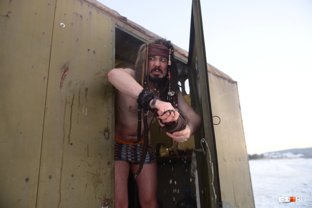 Капитан Джек Воробей нырнул в прорубь в Старопышминске