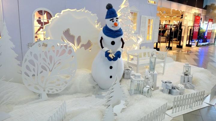 Ёлка под потолком и снеговик в лесу: смотрим, как торговые центры Омска подготовились к Новому году