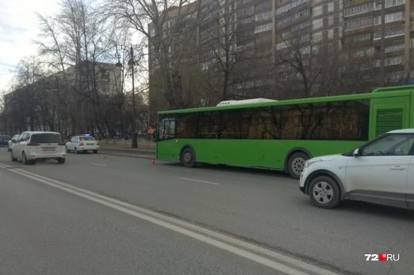 У драмтеатра пенсионерка попала под колеса автобуса