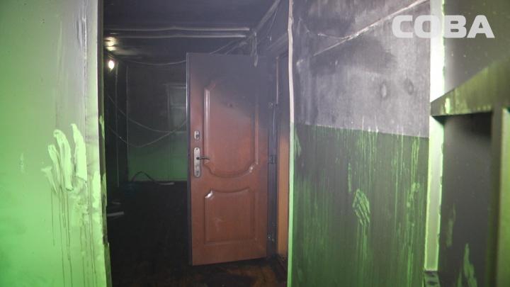 «Люди выходили на балконы»: в многоэтажке на Уралмаше полностью выгорела квартира