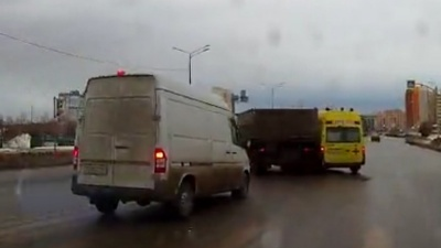 Группа разбора: выясняем, должен ли несущийся КАМАЗ уступать внезапной скорой