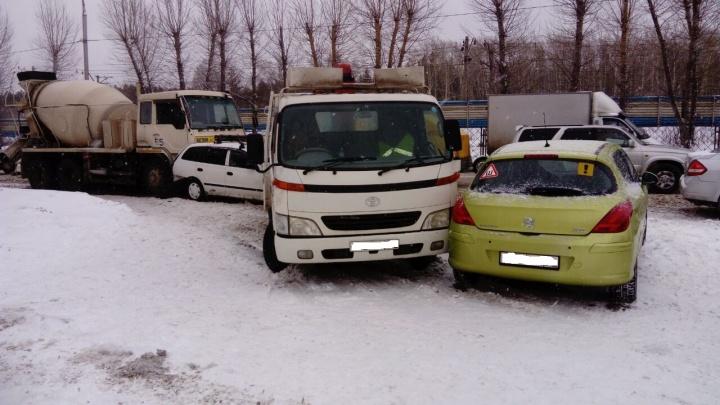 Бетономешалка собрала три автомобиля в аварии у «Горячих беляшиков»на Бердском шоссе