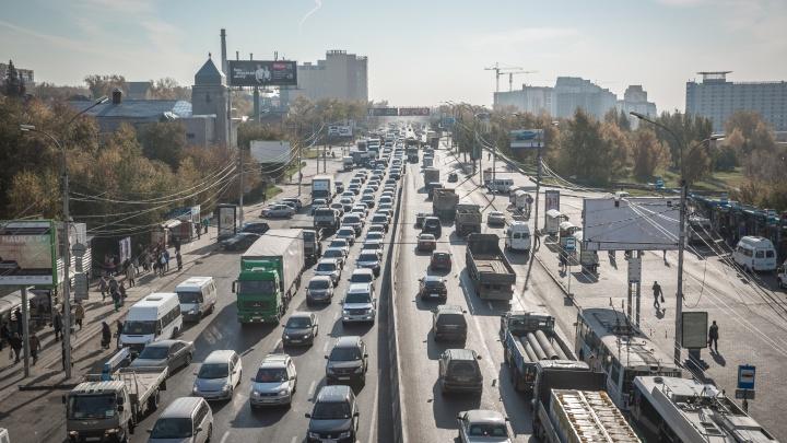 Пешком быстрее: Большевистская встала в 7-километровую пробку из-за аварии
