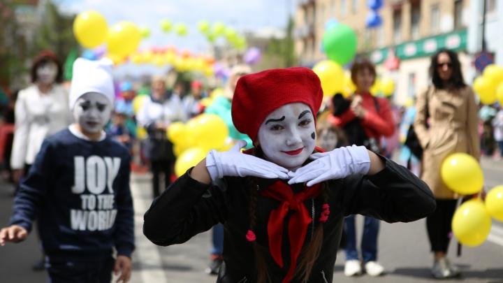 «А что еще для счастья надо»: репортаж с карнавала на проспекте Мира