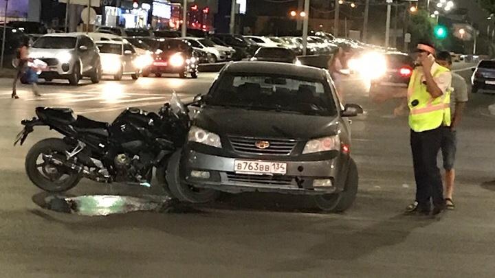Мотоцикл врезался в иномарку в центре Волгограда