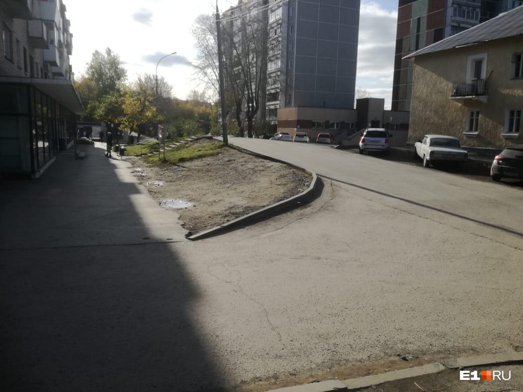 Можно спуститься на 10 метров и зайти по съезду для машин, но тогда приближающиеся автомобили не видно