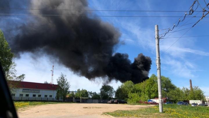Огромный столб чёрного дыма взвился над Рыбинском: что горит. Фото