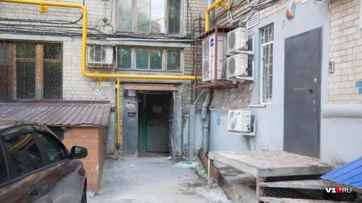 «Дошли до третьего этажа»: в центре Волгограда «зашивают» затрещавший на части дом