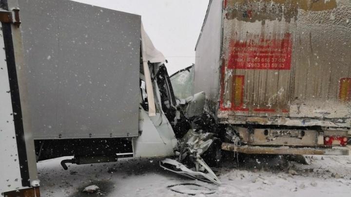 «Кабину сплющило от удара»: на трассе под Курумочем столкнулись три грузовика
