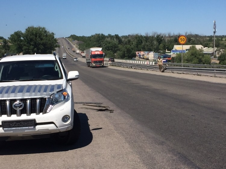 В Ростовской области оторвавшееся от фуры колесо повредило боковину и подвеску автомобиля. Казалось бы, как машина может быть «тотальной» после не самого серьёзного ДТП?