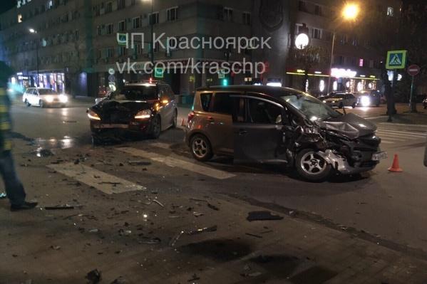 Авария «Тойоты» и «Мерседеса»