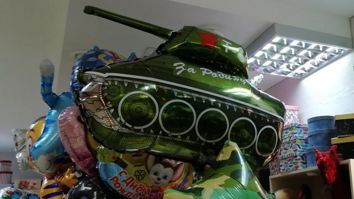 Шарики в виде танков, наклейки на стекла и не только. Что продают к 9 Мая в пермских магазинах