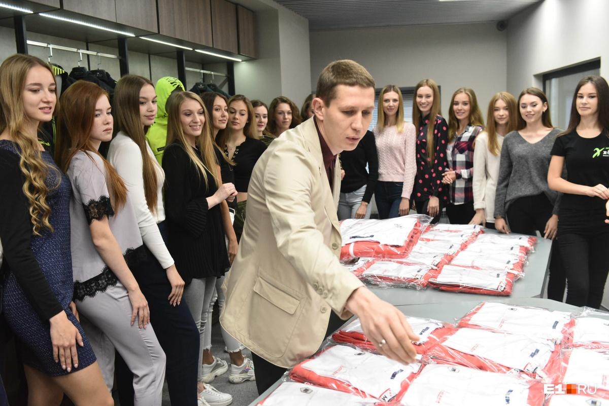 Дмитрий Шишкин лично раздавал девушкам новые костюмы