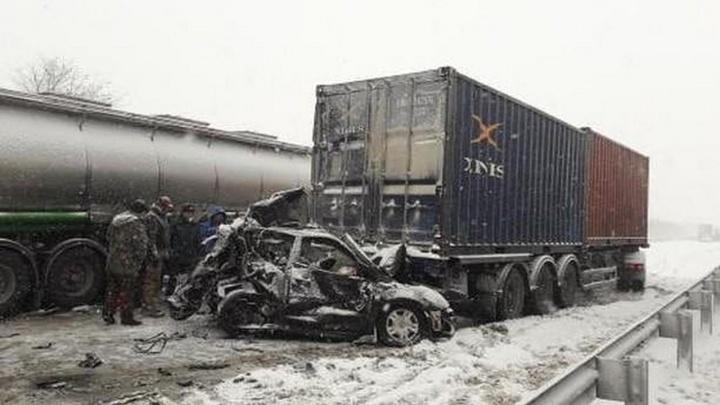 Столкнулись 13 автомобилей: в Ростовской области в массовом ДТП погиб человек