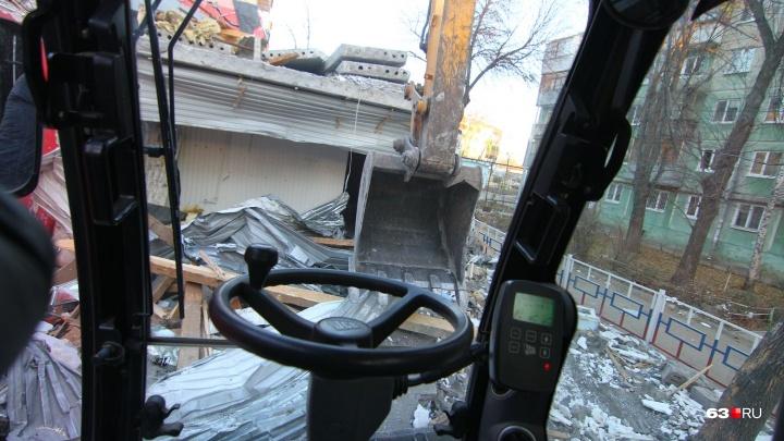 Прикинулись чиновниками: гаражи на улице Солдатова сносят незаконно