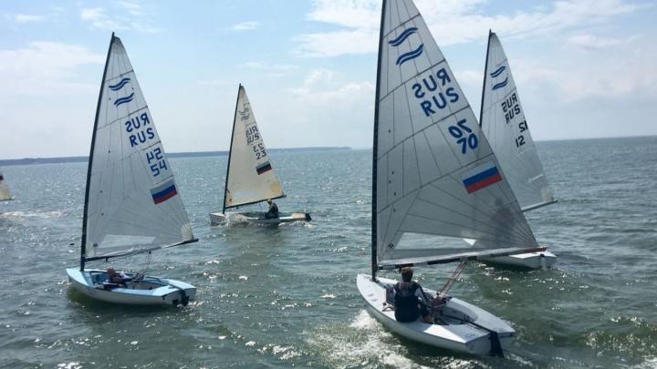 На Обском море прошли массовые гонки на крейсерских яхтах