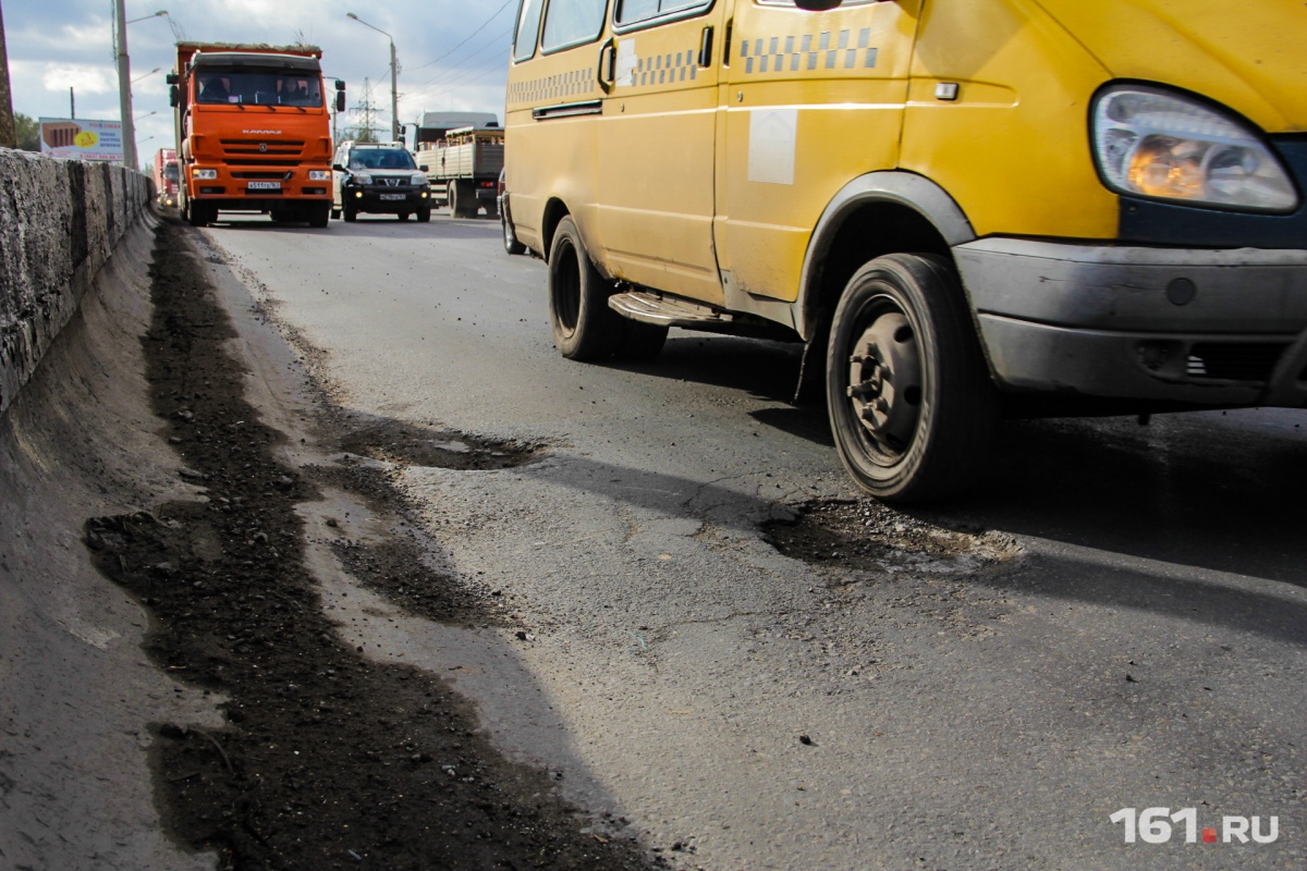 Водители стоят в пробках, пока рабочие «латают» асфальт