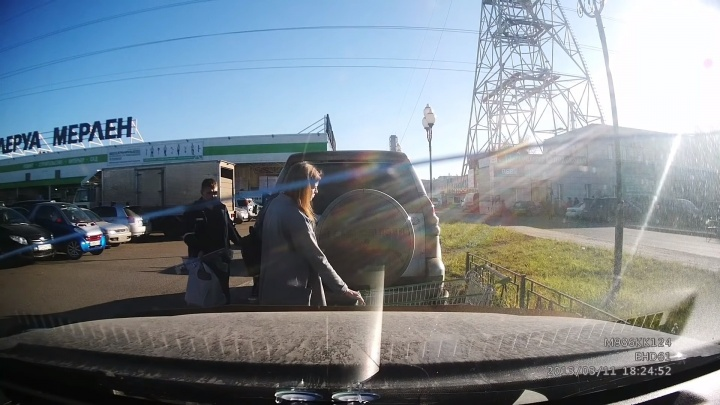 Хозяин джипа разгневал водителей обращением c тележками на парковке