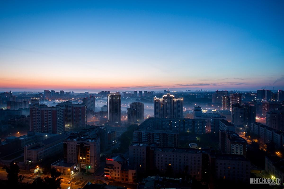 Туман застилает летний Новосибирск на рассвете —вот-вот на улицах выключат фонари и городские проспекты заполнят только проснувшиеся работяги