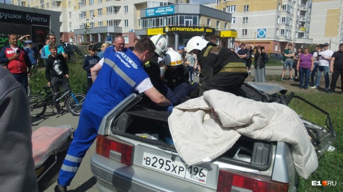 Чтобы вытащить из искореженного ВАЗ пострадавшую, пришлось срезать крышу