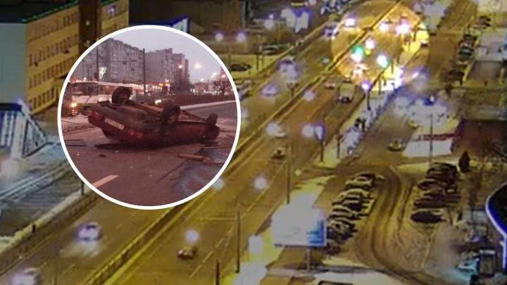 «Вождение неадекватное»: момент ДТП с пострадавшими на Московском проспекте попал на видео