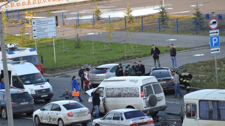 «Машины разбиты, всё в крови»: на Северо-Западе Челябинска столкнулись KIA и минивэн