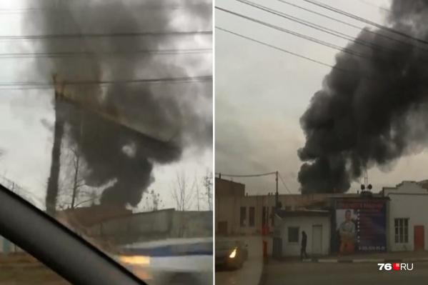 Столб чёрного дыма высоко поднялся со стороны Вспольинского поля