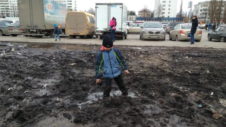 Видео: в Уфе возле Дворца спорта мальчик застрял в «трясине»
