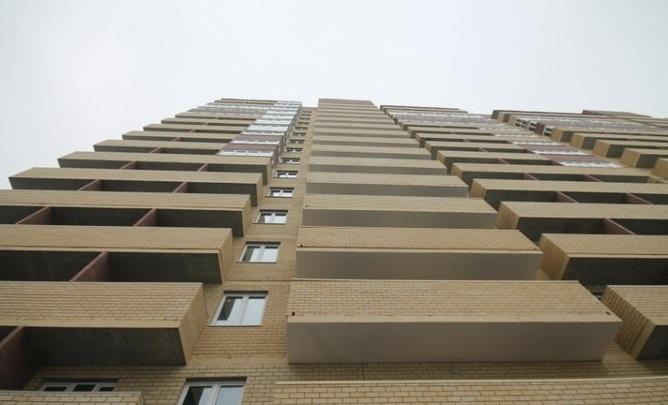 Пинала лифт и кричала с балкона: в Тюмени женщина устроила дебош
