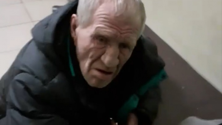 Арзамасцы сняли на видео пенсионера, которого врачи оставили ночевать на лавочке в больнице