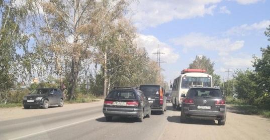 «Скоро придёт штраф за стоянку на дороге»: новосибирцы попали в длинные пробки на выезде из города