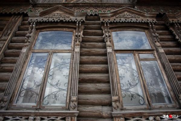 Окна исторического дома украшены резными наличниками