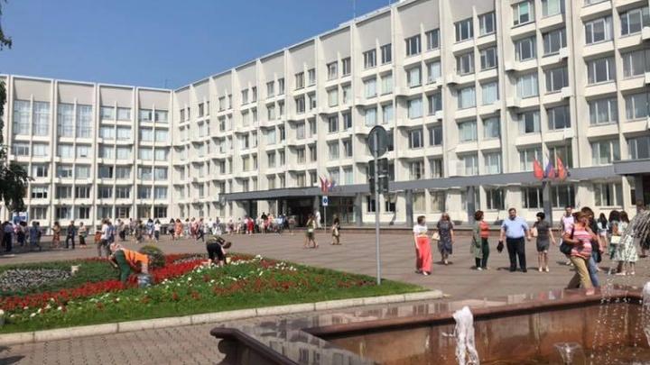 Фото: работников мэрии Красноярска экстренно вывели из своих кабинетов на улицу