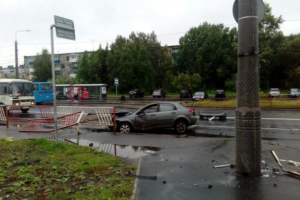 Водителя и пассажира выбросило на дорогу после удара<br>