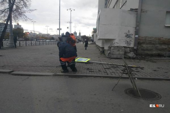 Днем к перекрестку приехали рабочие и начали бурить землю для установки опор под знаки