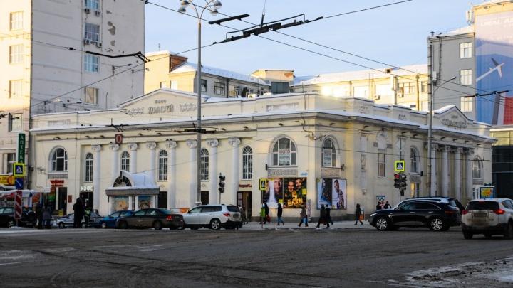 Кинотеатр в центре Екатеринбурга, который хотели открыть после ремонта в январе, оставили закрытым
