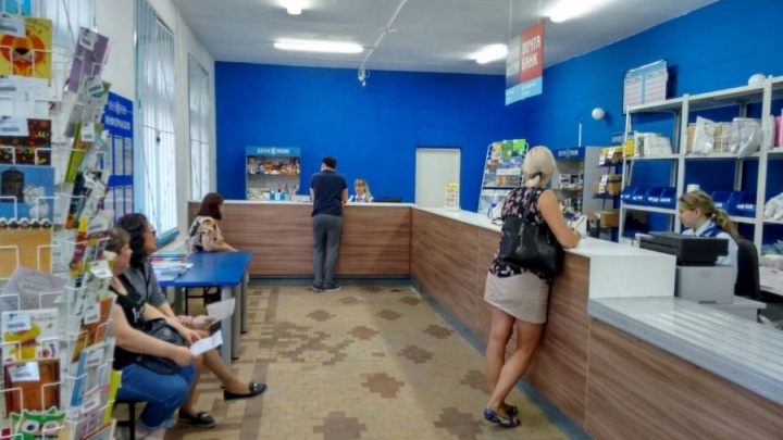 В омской Лукьяновке после ремонта открылось отделение Почты России, высмеянное в Сети