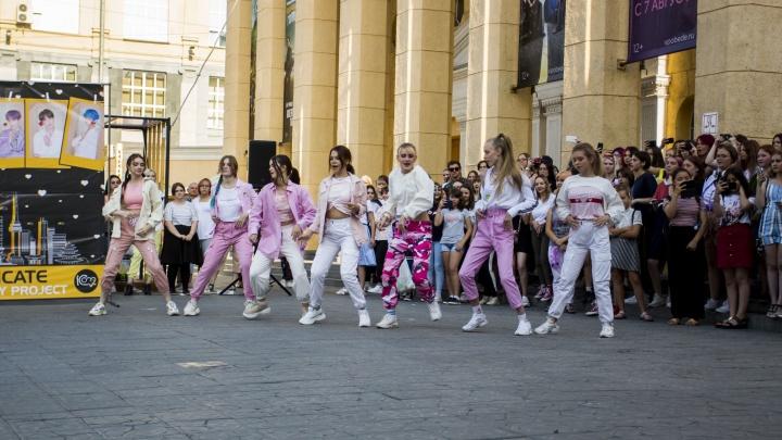 Новосибирцы устроили танцевальный флешмоб в честь фильма о южнокорейской группе