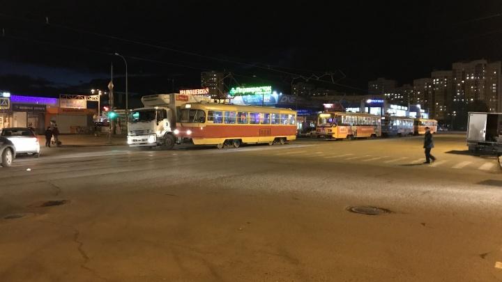 На Уралмаше грузовик врезался в трамвай, двух человек увезли на скорой