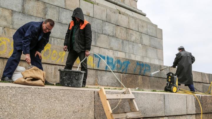 Любит — не любит: с постамента под самым высоким Лениным в Волгограде оттирают признания вандалов