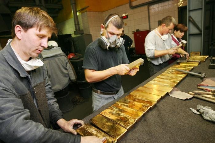 Золотые слитки в цехе Новосибирского аффинажного завода