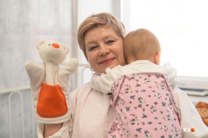Юлия Петрова по образованию менеджер-управленец, работает няней в детской больнице на Уралмаше