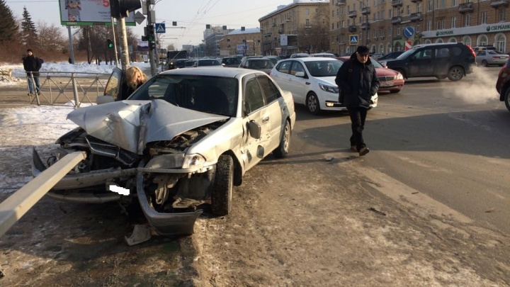 «Тойота» вылетела на обочину улицы Кирова и врезалась в ограждение возле «Бахетле»