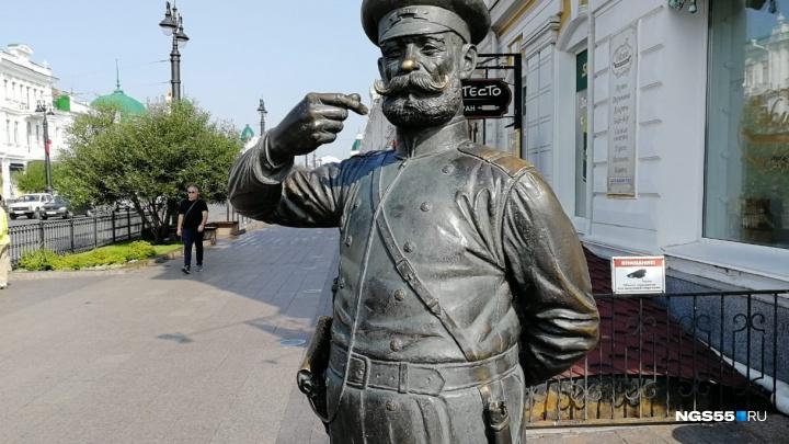 «Восстанавливать недёшево. Это бронза»: скульптор и владелец о повреждённой статуе Городового